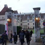 Bus de la Poésie, arrivée au château de Neuvic - Ph. K. Bénard